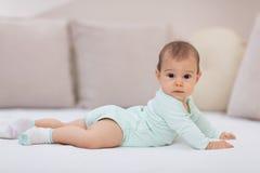 Ребёнок на белой кровати Стоковые Изображения
