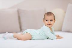 Ребёнок на белой кровати Стоковая Фотография