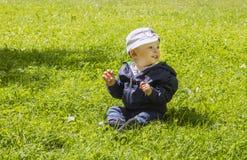 Ребёнок на зеленой траве Стоковое фото RF