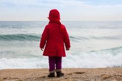 Девушка на пляже в ветреном дне Стоковое Изображение