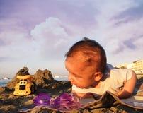 Ребёнок на пляже стоковое фото rf