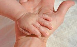 Ребёнок новорожденного кавказский раскрыл руку в руке ` s матери стоковая фотография rf