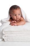 Ребёнок обернутый в белом полотенце стоковые фотографии rf