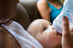 Ребёнок поданный матерью Стоковые Фото