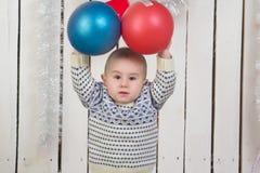Ребёнок под елью рождества стоковые изображения rf