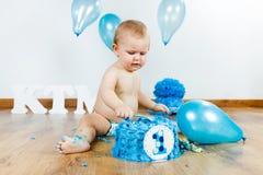 Ребёнок празднуя ее первый день рождения с изысканными тортом и ба Стоковое Фото