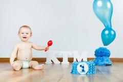 Ребёнок празднуя ее первый день рождения с изысканными тортом и ба Стоковое Изображение RF