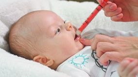Ребёнок принимает медицину шприцем стоковое фото rf