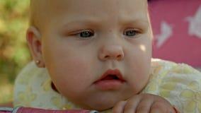Ребёнок сидя розовый зайчик стоковое фото