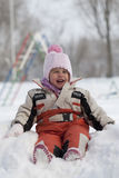 Ребёнок сидя в снеге Стоковое Фото