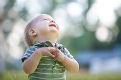 Ребёнок смотря вверх в парке стоковая фотография rf