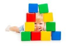 Ребёнок спрятанный за строительными блоками Стоковая Фотография