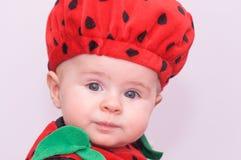 Ребёнок с голубыми глазами и шляпой клубники Стоковое Фото