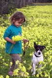 ребёнок с ее собакой стоковые изображения