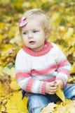 Ребёнок с листьями осени Стоковые Изображения RF