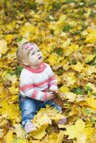 Ребёнок с листьями осени Стоковые Фото