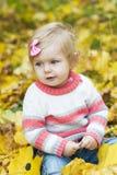 Ребёнок с листьями осени Стоковые Изображения