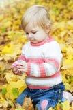 Ребёнок с листьями осени Стоковое Изображение RF