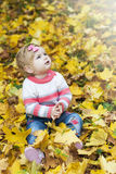 Ребёнок с листьями осени Стоковое фото RF