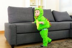 Ребёнок с костюмом партии хеллоуина динозавра стоковая фотография