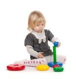 Ребёнок с пирамидкой игрушки Стоковое Фото