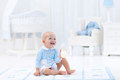 Ребёнок с питьевым молоком или формулой бутылки Стоковые Фотографии RF