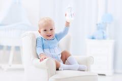Ребёнок с питьевым молоком или формулой бутылки Стоковая Фотография RF