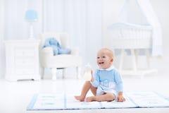 Ребёнок с питьевым молоком или формулой бутылки Стоковое Изображение
