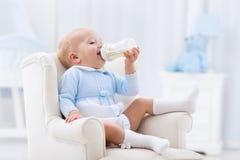 Ребёнок с питьевым молоком или формулой бутылки Стоковые Изображения