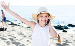 Ребёнок с smartphone на море Стоковое Изображение