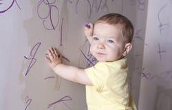 Ребёнок думая что нарисовать Стоковые Фото
