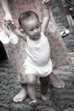 ребёнок учит погулять Стоковая Фотография