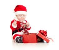 Ребёнок Santa Claus с коробкой подарка   Стоковые Изображения