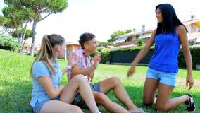 2 ревнивых женщины ударяя молодого человека сток-видео