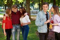 Ревность и завистливость в отношении друзей стоковое изображение rf