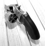Револьвер сидя на деревянном столе Стоковое Изображение
