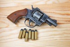 Револьвер с боеприпасами на таблице Стоковое фото RF