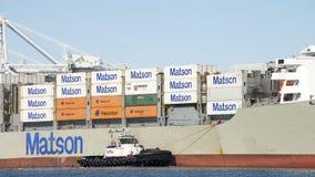 РЕВОЛЮЦИЯ буксира AmNav помогая маневру грузового корабля MANOA Стоковые Изображения