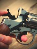 Револьвер с молотком взвел курок в его руке Стоковые Изображения