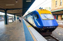 Региональное обслуживание поезда в платформе на центральном железнодорожном вокзале Стоковые Фото