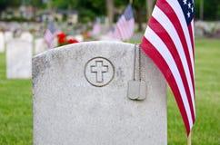 Регистрационные номера собаки на могиле ветерана Стоковые Фотографии RF