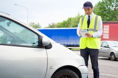 Регламент извещении о обязанности автостоянки сочинительства офицера автостоянки Стоковое Изображение