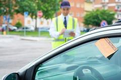 Регламент извещении о обязанности автостоянки сочинительства офицера автостоянки Стоковые Фотографии RF