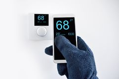 Регулировать температуру с моим smartphone стоковое фото