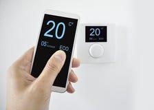 Регулировать температуру с smartphone стоковая фотография