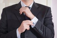 регулировать человека cufflink Стоковая Фотография
