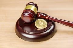 Регулировка Ethereum Монетка и молоток ETH секретная на столе стоковые изображения