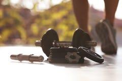 Регулируемые гантели и мужской спортсмен на предпосылке стоковое изображение rf
