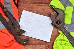 Регулируемые ключи и лож бумаги рубашек работника оранжевого и зеленого сигнала Натюрморт связал с ремонтом, железной дорогой или стоковое фото rf