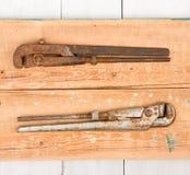 регулируемые wrenchs на деревянной предпосылке Стоковое Изображение RF